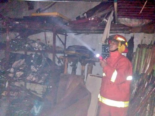 Petugas pemadam kebakaran memadamkan api Foto @Humasjakfire