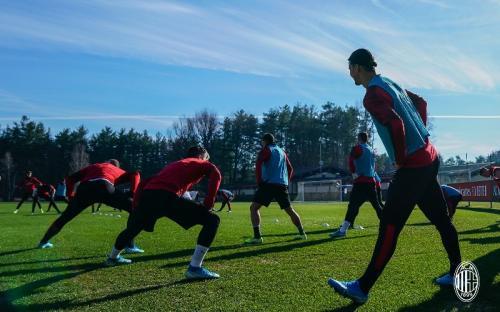 Pemain AC Milan berlatih