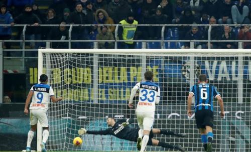 Samir Handanovic menepis penalti Luis Muriel (Foto: Reuters)
