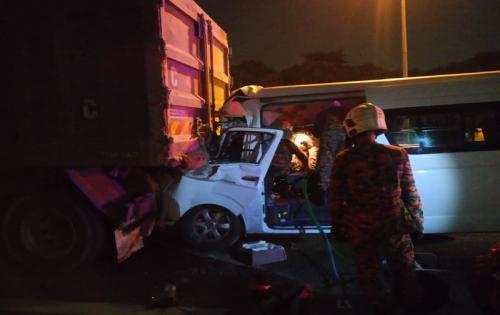 Mobil yang ditumpangi Kento Momota dan tiga orang lainnya usai alami kecelakaan. Foto: Departemen Rescue and Fire Malaysia