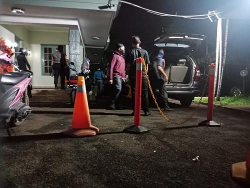 Penyidik KPK usai geledah kantor sementara KPU di Jalan Imam Bonjol, Jakarta, Senin (13/1/2020). (Foto : Okezone.com/Muhamad Rizky)