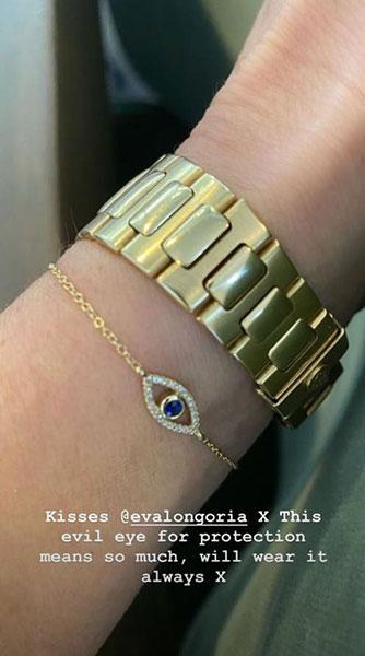 termasuk beberapa perhiasan cantik dari salah satu kerabat baiknya yaitu, Eva Longoria.
