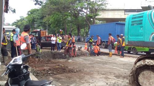 Perbaikan Jalan Amblas di Daan Mogot (foto: Okezone/Isty M)