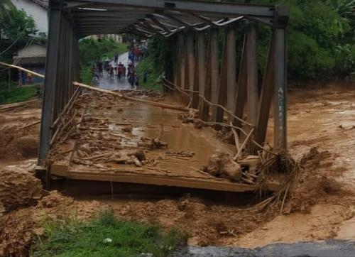 Jembatan Lebak rusak diterjang banjir bandang