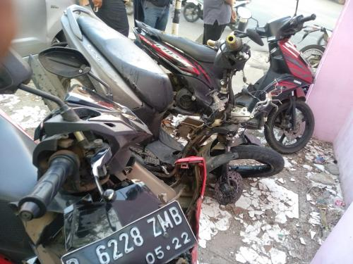 Sepeda motor ringsek akibat tabrakan di Sawangan, Depok (Foto: Wahyu M)