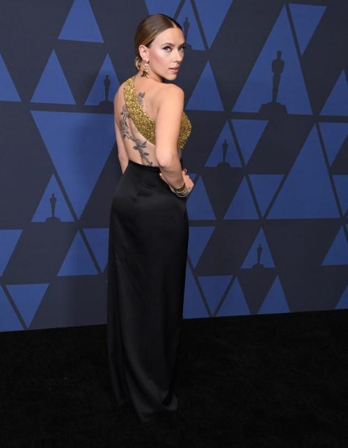 ia memakai gaun hitam dari Celine dengan nuansa gold yang sangat kental.