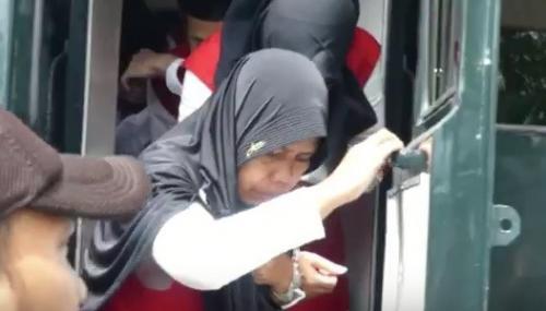 Terdakwa kasus pembantaian satu keluarga saat menjalani sidang dakwaan di PN Banyumas, Jateng, Selasa 14 Januari 2020. (foto: iNews/Saladin Ayyubi)