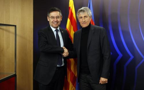 Quique Setien bersalaman dengan Josep Maria Bartomeu (Foto: Barcelona)