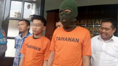 Pelaku pembacokan di Bandung, yang aksinya viral di medsos, ditangkap. (Foto : Okezone.com/CDB Yudistira)