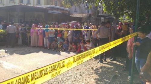Emak-emak yang memadati rumah Hakim Jamaluddin untuk menyaksikan proses rekonstruksi. (Foto : iNews.id/Stepanus Purba)