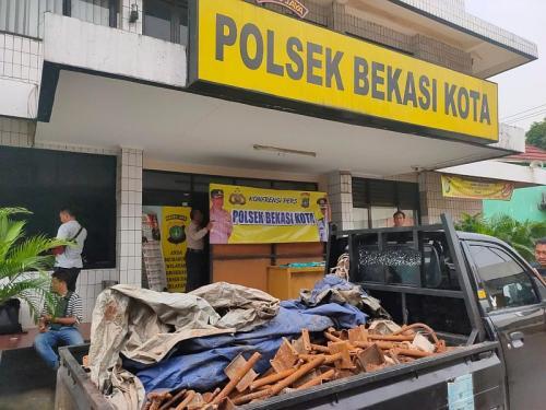 Polisi Tangkap Kawanan Bandit yang Gondol Besi Konstruksi di Tol Becakayu dan Japek (foto: Okezone/Wisnu Y)