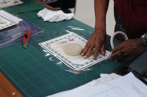 Perbaikan dokumen penting korban banjir di ANRI. (Foto: BBC News Indonesia)