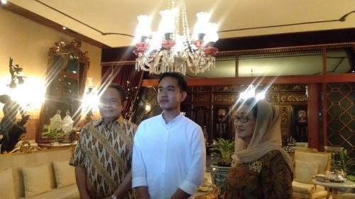 Gibran Rakabuming Raka saat bertemu pengusaha batik di Solo, Jawa Tengah, Jumat (17/1/2020). (Foto : Okezone.com/Bramantyo)