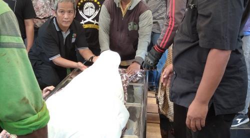 Prosesi pemakaman aktris veteran Ade Irawan. (Foto: Okezone/Hana Futari)