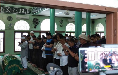 Jenazah Ade Irawan disalatkan sebelum diberangkatkan ke TPU Tanah Kusir. (Foto: Okezone/Hana Futari)
