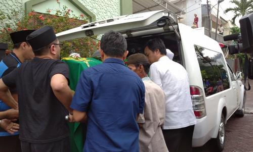 Jenazah Ade Irawan diberangkatkan ke TPU Tanah Kusir. (Foto: Okezone/Hana Futari)