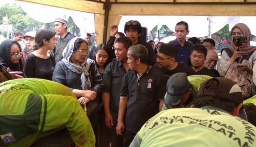 Keluarga lepas Ade Irawan di tempat peristirahatan terakhir. (Foto: Okezone/Hana Futari)