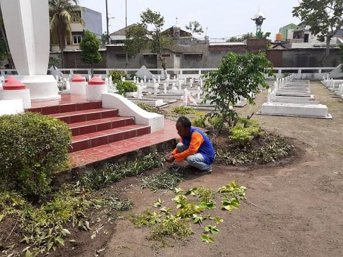 Penjaga Taman Makam Pahlawan Surabaya (Foto : Okezone.com/Syaiful)