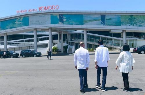 Presiden Jokowi dan Ibu Negara Tiba di Bandara Komodo, NTT (foto: Biro Pers Setpres)