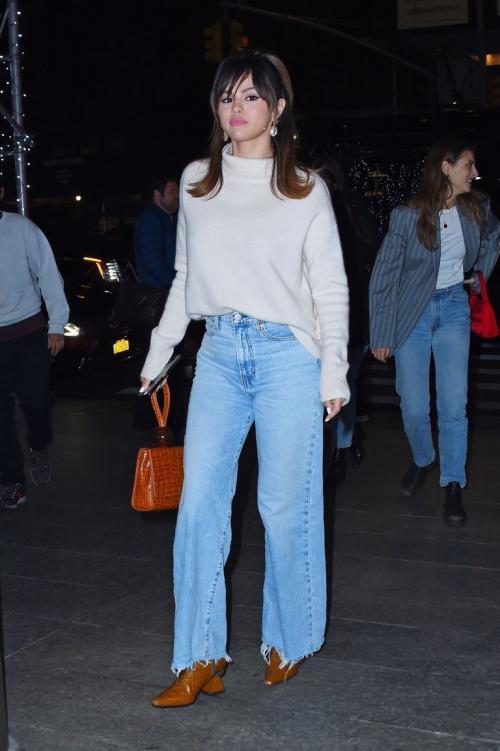 Selena memakai anting-anting yang sudah ia pakai sejak rekaman tadi.