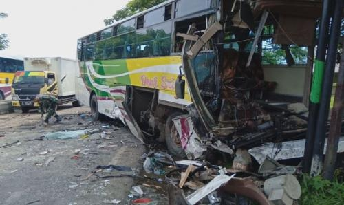 Bus Dewi Sri ringsek