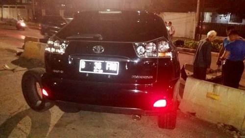 Toyota Harier tabrak pembatas jalan (Foto : Twitter/@TMCPoldaMetro)