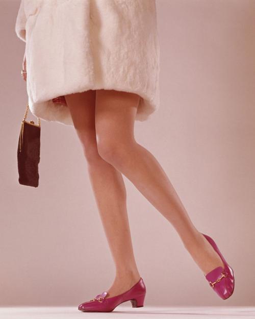 uning keemasan adalah alas kaki wajib para kaum perempuan yang sadar akan fesyen.