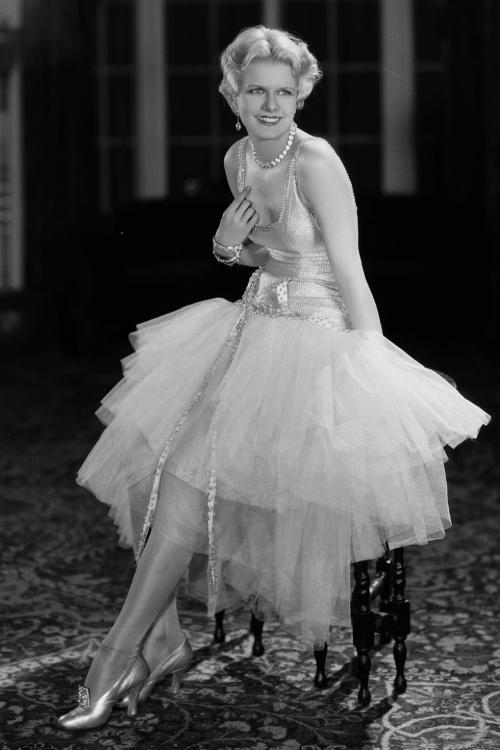 Banyak artis seperti Jean Harlow mulai muncul dengan sepatu hak tinggi yang glamour.