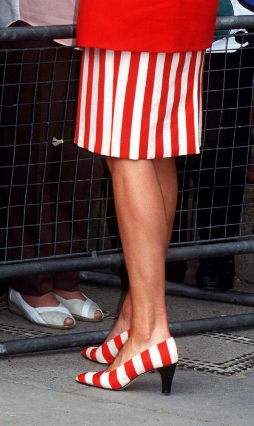 ala itu, Putri Diana memadukannya dengan rok pendek berwarna serupa.