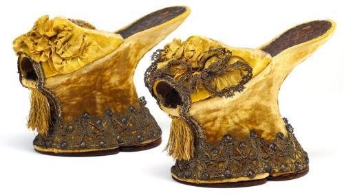 high heels hadir dengan hak tebal berbentuk kotak berukuran cukup besar yang disebut 'chopines'.