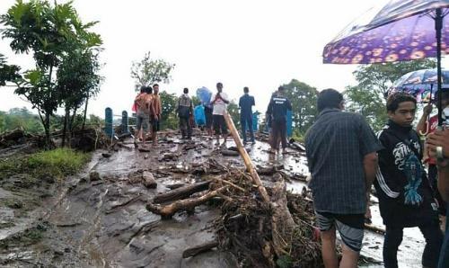 Banjir bandang landa dua desa di Malang (Foto : Okezone.com/Avirista)