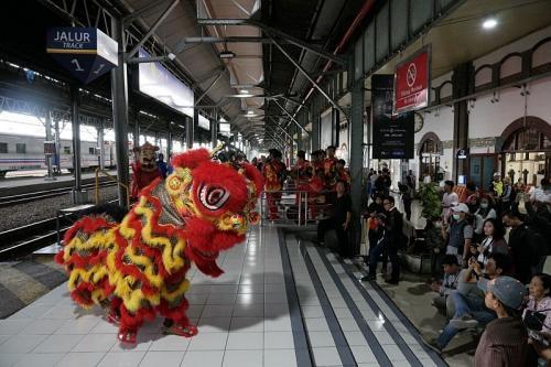 Perunjukan barongsai bikin heboh penumpang kereta api di Stasiun Tawang (Foto : iNews/Taufik Budi)