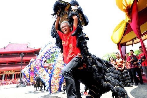 Gubernur Ganjar main barongsai (Foto : iNews/Taufik Budi)