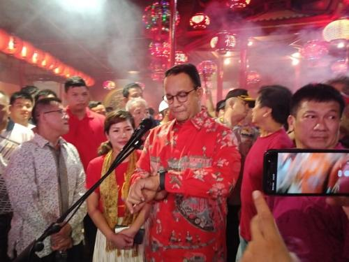 Gubernur DKI Jakarta Anies Baswedan mengunjungi Vihara Dharma Bakti di kawasan Petak Sembilan, Jumat (24/1/2020). (Foto : Okezone.com/Muhamad Rizky)