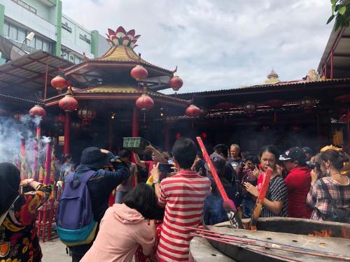 mengabadikan secara langsung prosesi sembahyang yang dilakukan oleh masyarakat Tionghoa.