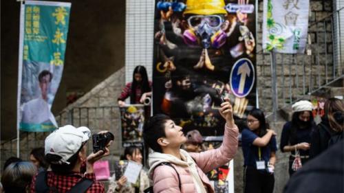 Beberapa pembeli menolak pasar Tahun Baru yang dikelola pemerintah dan memilih mengunjungi pasar yang dikelola pendukung protes. (Foto : BBC/AFP)