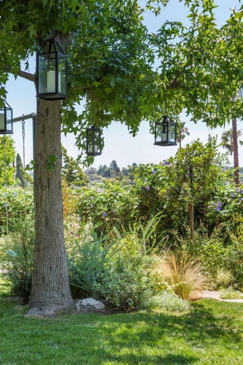 Lentera yang menggantung menjadikan taman lebih berasa alami.