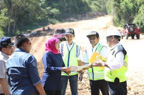 Gubernur Jatim Khofifah Indar Parawansa saat tinjau pembangunan proyek jalan lingkar selatan (JLS) Jawa Timur di wilayah Kecamatan Sumbermanjing Wetan, Kabupaten Malang, Sabtu (25/1/2020). (ist)