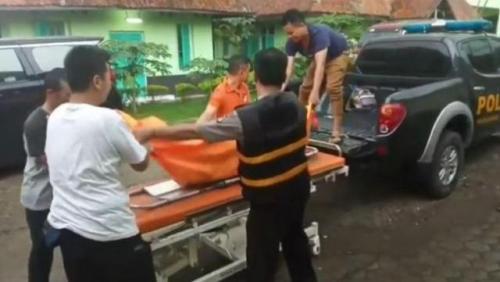 Evakuasi jasad DS, siswi SMPN 6 Tasikmalaya, yang ditemukan di dalam gorong-gorong. (Foto: Asep Juhariyono/iNews)