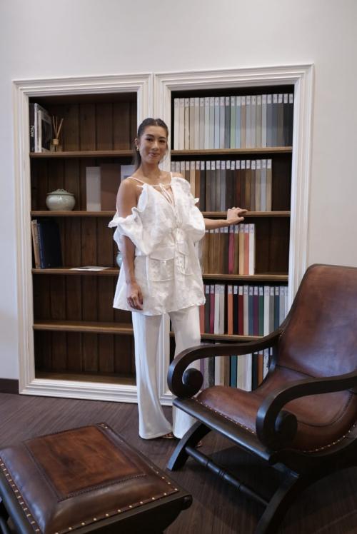 Ketika bosan dengan suasana rumahnya, Jennifer Bachdim pun mudah memindahkan furnitur favoritnya.