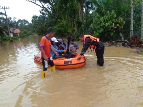 Petugas evakuasi korban banjir. (Foto : Ilustrasi/BNPB)