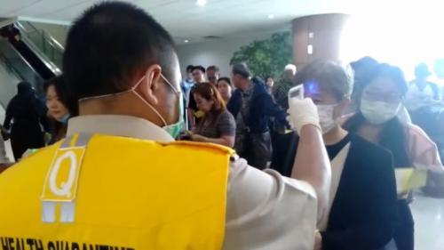 Para penumpang yang tiba di Bandara Supadio Kalbar dicek suhu tubuhnya oleh petugas (Foto : iNews TV/Faisal Abubakar)