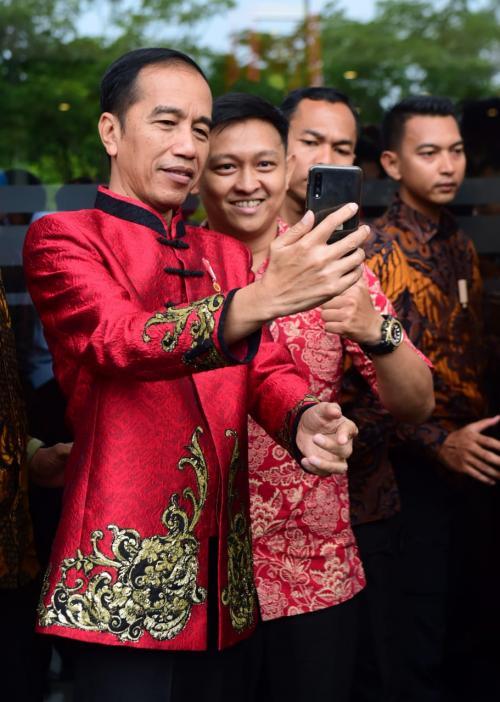 Di bagian dada kiri ada juga pin merah putih yang selalu dipakai Presiden Jokowi.