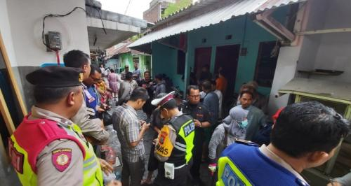 Polisi Mengevakuasi Jenazah Mardiana, yang ditemukan bersimbah darah di lantai dua kamar kosnya, di Jalan Petemon Barat, Surabaya (Foto: Okezone/Syaiful Islam)