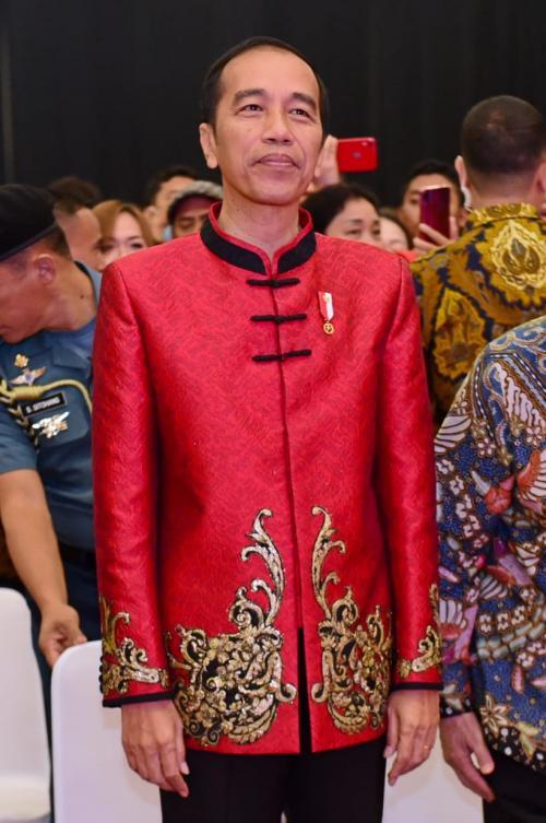 Warna merah busana tersebut, juga menunjukkan rasa semangat persatuan berbagai etnis di Indonesia.