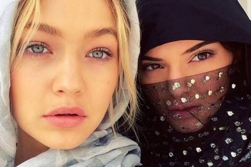 Sementara Gigi, memilih memakai hijab berwarna abu-abu dengan pakaian serba tertutup.