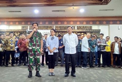 Panglima TNI Marsekal Hadi Tjahjanto, Menlu Retno Marsudi dan Menkes Terawan di Bandara Soetta soal Pemulangan WNI dari Wuhan, China (foto: Okezone/Isty M)