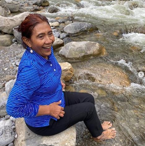 Mantan Menteri KKP Susi Pudjiastuti bermain di sungai, Papua (Foto: Okezone.com/Instagram @susipudjiastuti155)
