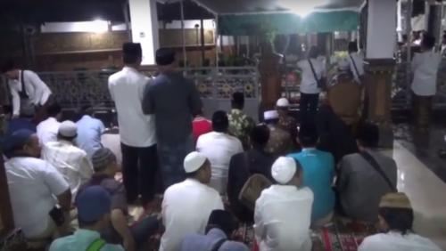 Peziarah mendatangi makam Gus Sholah di Ponpes Tebuiren Jombang Jatim (Foto : iNews TV/Mukhtar Bagus)