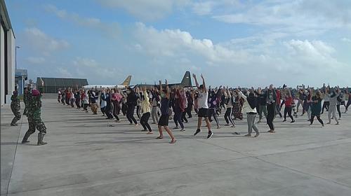 Ratusan WNI menjalani senam sehat saat dikarantina di Natuna. (Foto: Istimewa)